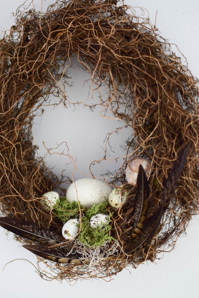 DIY Deko Osterkranz mit Eier Feder Moos selbermachen eine natürliche Deko Dekoidee