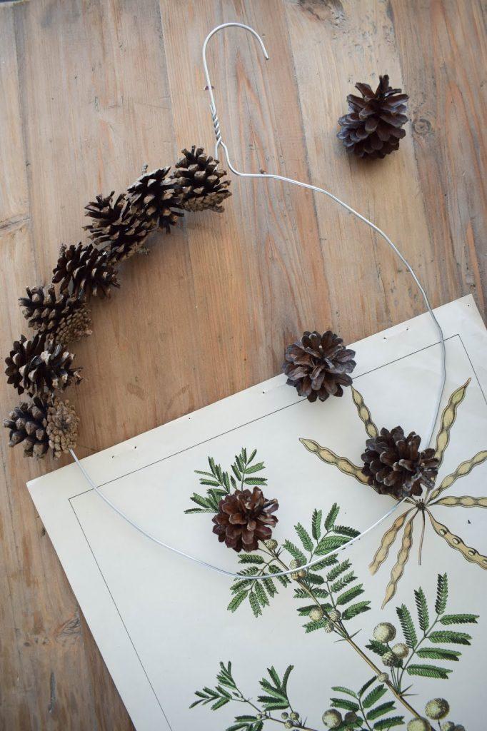 Kranz binden mit Zapfen für Herbst Weihnachten mit Draht und Kleiderbügel. Einfach selbermachen, DIY. Kieferzapfen Dekoidee Deko Dekoration