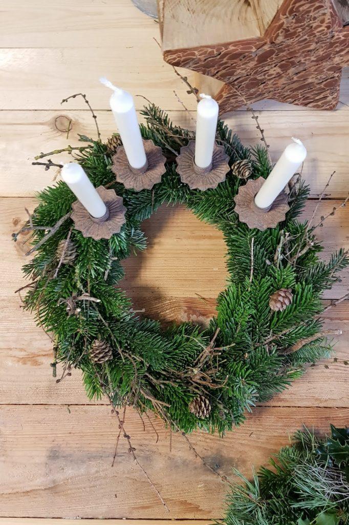 DIY Adventskranz Ideen selber machen Advent Kranz Kränze natürlich dekorieren Nordmanntanne Lärche