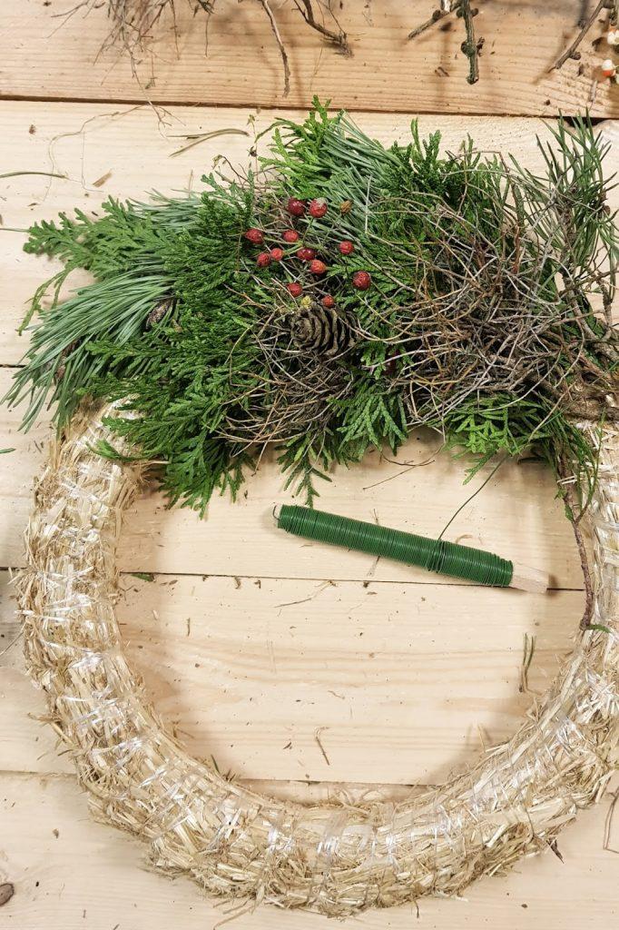 DIY Winterkranz Kranz binden Anleitung selbermachen Winterdeko Winterkränze Kränze Greenery Zapfen