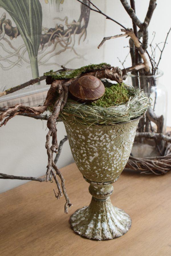 Die Mrs Greenery Amphore im Antik-Look lässt sich zu jeder Jahreszeit toll dekorieren. Lass deiner Kreativität freien Lauf und hol dir mit dieser besonderen Amphore Individualität in dein Zuhause.
