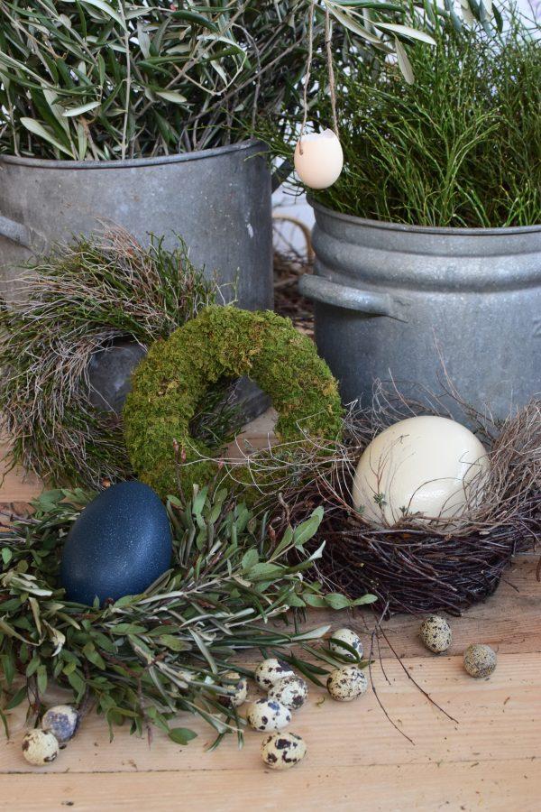 Osterdeko mit Emu Ei. Dekoidee Ostern Ei Eier. Dekorieren mit Naturmaterialien Kranz Moos Mooskranz Straussenei