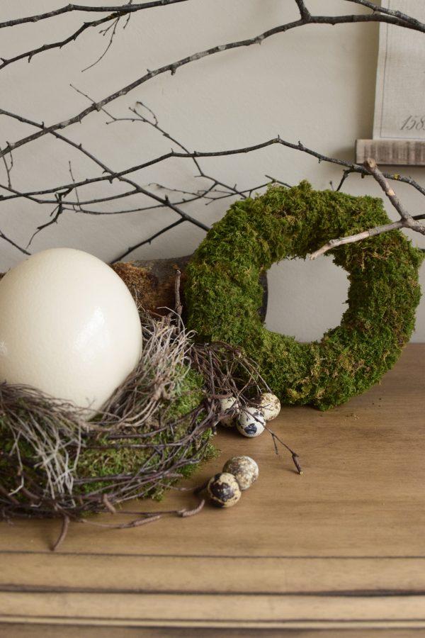 Osterdeko mit Straußenei. Dekoidee Ostern Ei Eier. Dekorieren mit Naturmaterialien Mooskranz Kranz Moos