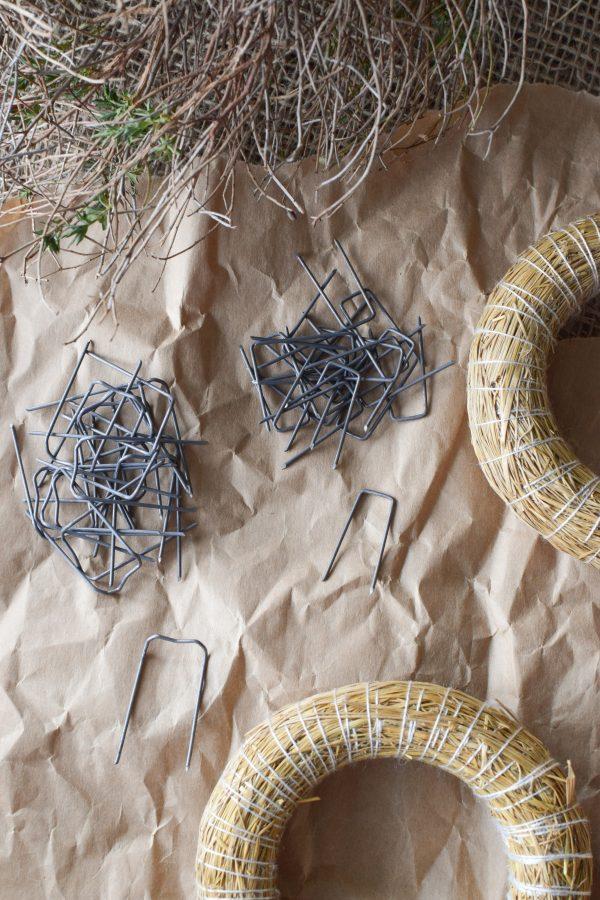 Die Patenthaften sind eine große Hilfe beim Kranz binden. Draht Haften Kreativmaterial Basteln