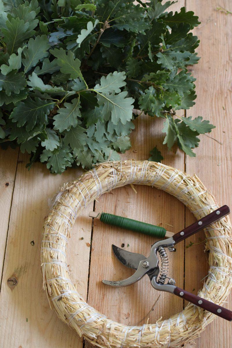 Eichblatt Kranz selber binden. So geht es. Anleitung für eine tolle Naturdekoidee. Kranzbinden Kranz Kränze aus Naturmaterialien DIY