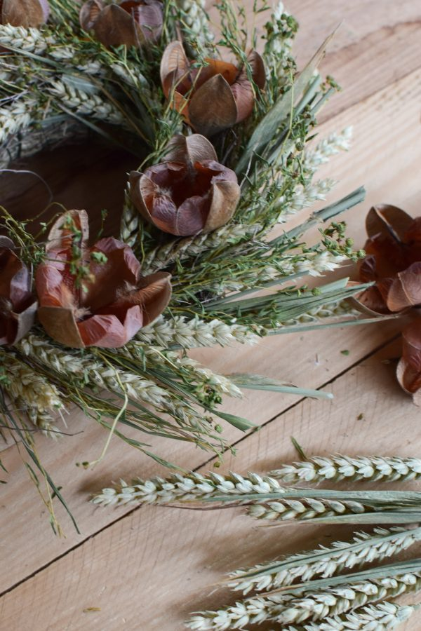Getrockneter Kranz aus Weizen Blüten und Heu. Einfach selber machen Naturdeko von Mrs Greenery