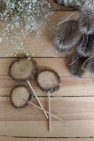 Der Holzstecker eignet sich perfekt um deine Blumen zu beschriften aber auch als Tischdeko Deko Dekoidee mit Naturmaterialien Mrs Greenery Shop