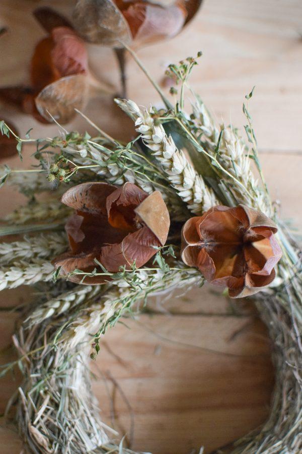 Kreativset zum Selberbinden eines Kranzes aus Trockenblumen. DIY mit Heukranz, Weizen und getrockneten Blüten. Kranzbinden Kreativsein selbermachen vom Mrs Greenery Shop