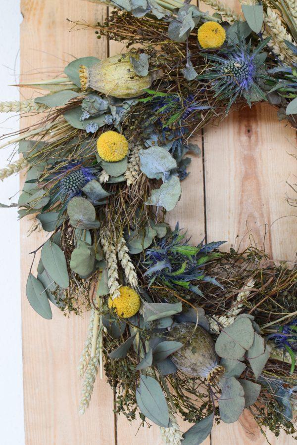 Kranz binden mit Trockenblumen für Sommer und Herbst: Kränze selber machen aus Eukalyptus, Craspedia, Weizen, Mohnkapsel, Disteln und Euphorbia
