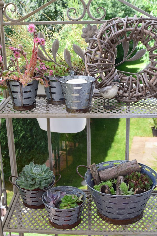 Dein perfekter Begleiter für alle Pflanzen: der Metall-Übertopf eignet sich perfekt für den Garten, Terrasse, Balkon, aber auch für Zuhause. Dekoidee Blumendeko Topf Übertopf aus Metall Vintage