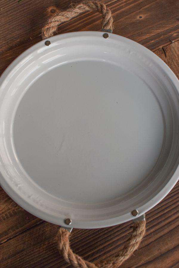 Dekoteller aus Zink. Weiß beschichtet und perfekt als Unterlage für deine Kränze. Dekoidee Unterteller Metallteller mit Kordelgriffe