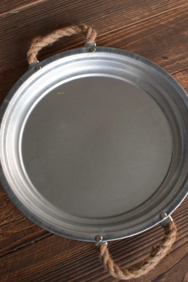 Dekoteller aus Zink. Silberfarben und perfekt als Unterlage für deine Kränze. Dekoidee Unterteller Metallteller mit Kordelgriffe