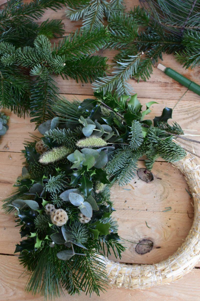 Natürlicher Adventskranz einfach selber binden. Schritt für Schritt Anleiung. Adventskränze Kranz Kranzbinden Advent Weihnachten Winter Naturdeko natürlich dekorieren mrs greenery