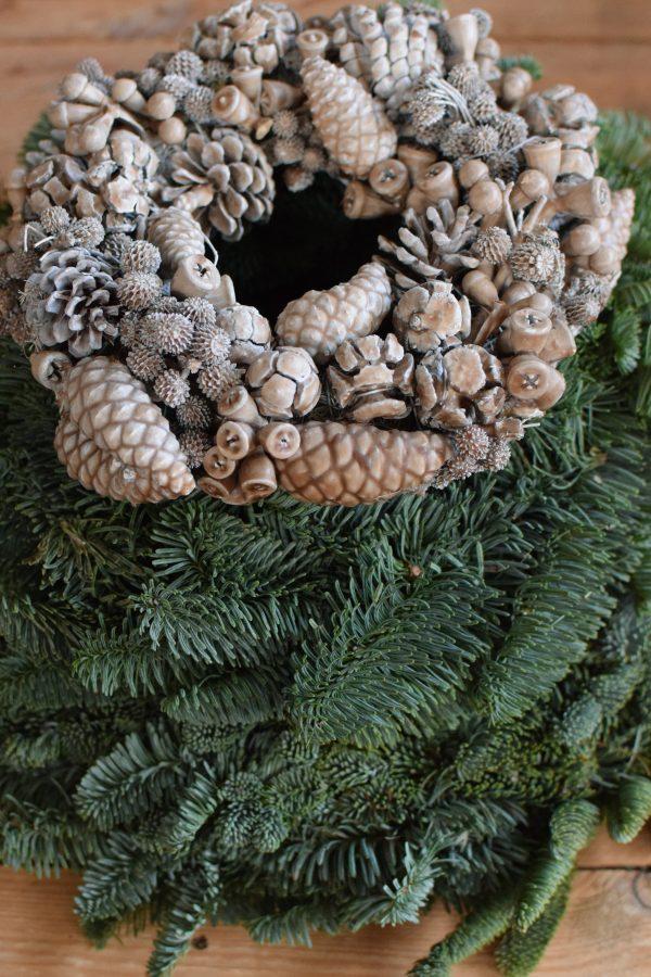 Zapfenkranz gewachst caramell braun Wachskranz mit Zapfen Winterdeko Weihnachtsdeko