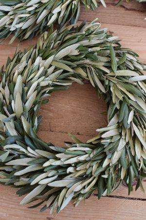 Olivenkranz frisch gebunden. Kranz aus Olivenblättern. Olivenkränze Kränze Dekokränze