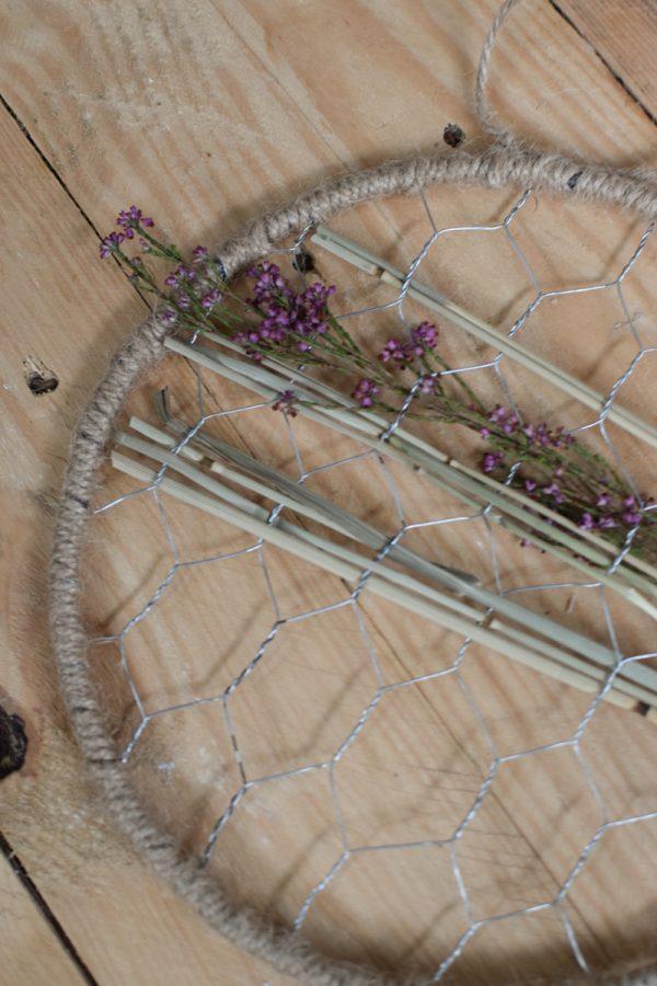 Loop Ring mit Gitter Hasendraht. Metallring mit Kordel umwickelt und Aufhänger. Kreativsein Loop Kranz kreativ gestalten