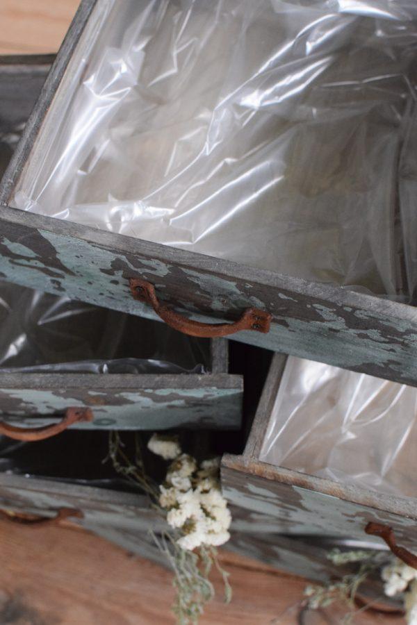 Dekoschublade für deine Arrangements. Dekoidee Dekorieren mit Holzschublade aus dem Mrs Greenery Shop Zederholz