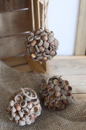 Kugel aus Eicheln. Eichelkugel aus Naturmaterialien. Naturdeko Dekoidee Deko Herbstdeko herbstlich dekorieren mit Mrs Greenery Shop