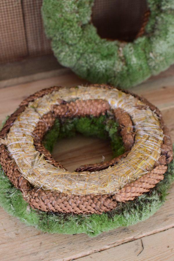 Kranz aus Bollenmoos fertig gebunden. Mooskranz Bollenmooskranz mit Zapfen. 30 cm Durchmesser Kränze jetzt im Mrs Greenery Shop bestellen