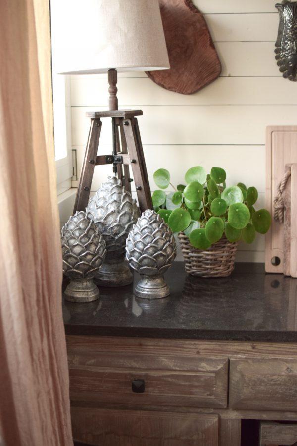 Deko Zapfen aus Zement in antiksilber. Elegante und besondere Dekoidee für Haus und Garten. Zapfendeko vom Mrs Greenery Shop