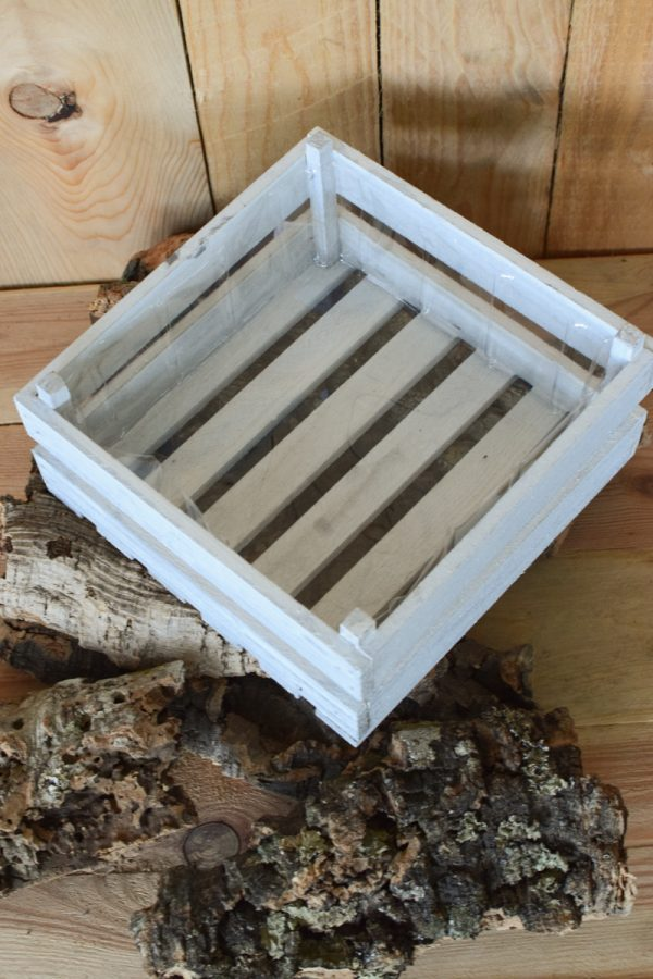 Holzkiste weiß mit Plastikeinsatz für deine Naturdeko-Ideen. Deko Dekoration Kiste im Mrs Greenery Shop bestellen