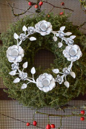 Kerzenhalter Ring Metall Adventskranz Adventskerzenhalter Metalldeko Advent Weihnachten Kerzen Stabkerzen Floral weiß antiklook im Mrs Greenery Shop bestellen