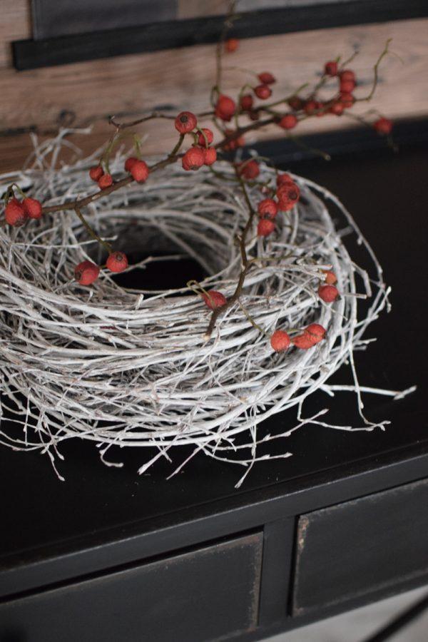 Kranz aus Zweigen weiß. Fertigkranz Kränze fertig gebunden. Winterkranz Weihnachtskranz Herbstkranz hell im Mrs Greenery Shop bestellen.