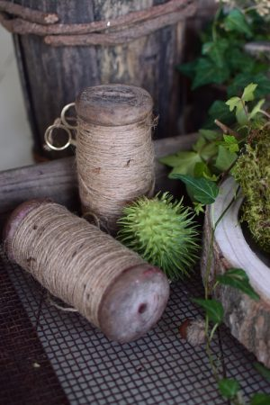 Fadenrolle mit Schere. Antiker Look. Bindfaden auf Spule Holzspule im Mrs Greenery Shop bestellen