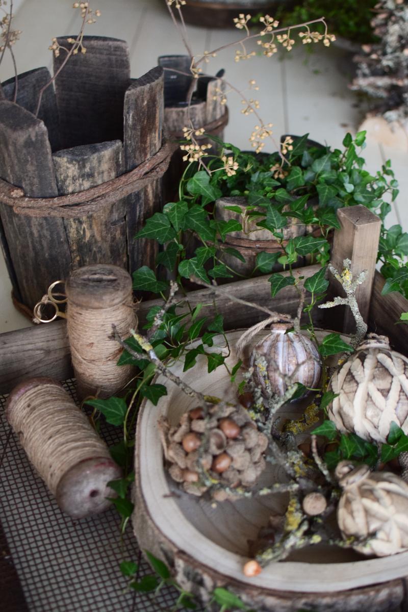 Holz Tablett aus Baumscheibe Tablett Naturholz Holzkugeln Weihnachtskugeln unbehandelt Dekotablett Herbstdeko Winterdeko Schale Holzschale im Mrs Greenery Shop bestellen